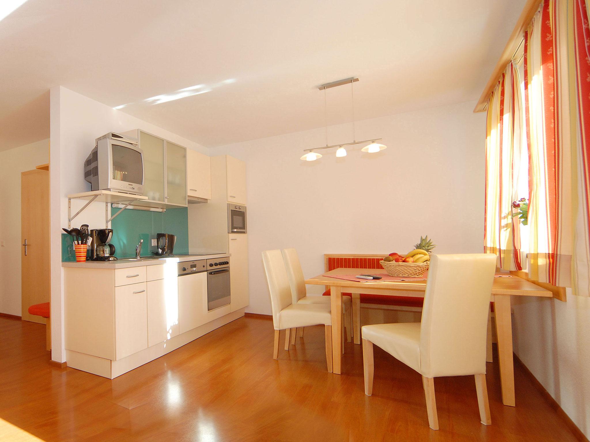 Wohnbereich und Küche im Erdgeschoß-Apartment