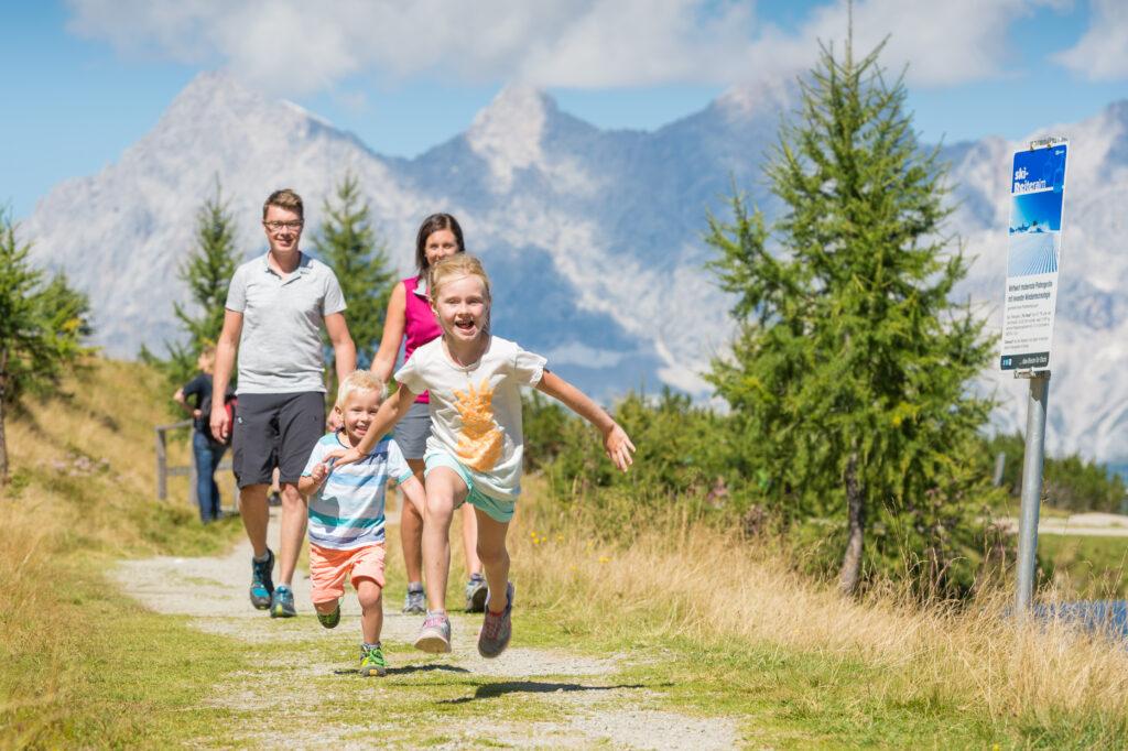 Familie beim Wandern auf der Reiteralm